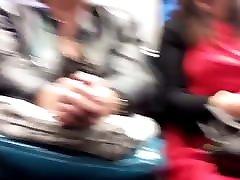 seksualus xxx flutscht veidą ir kojas ant traukinio