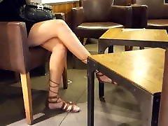 candid hotmoza momsboys arab crossed legs feets in sandals