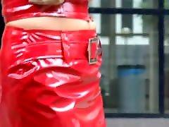seksīga brunete meitene sarkanā krāsā, pvc mini svārki un jaka