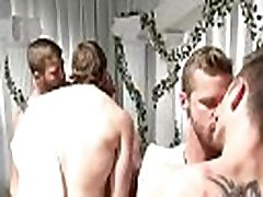 obediente menina fica com várias picas no seu cuzinho, enquanto na web câmera