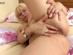 Old amateur mom squirting like a pro