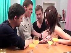 Trois pervers se tapent cette grosse coquine très gourmande au corps et au cul de rêve dans cette vidéo porno très hard.