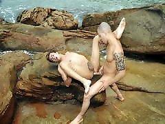 ragveida kenzo bauda raven andrews neapseglots pludmalē