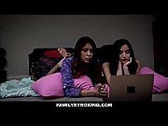 חמוד צעד הבת אמילי וויליס ו-Bff שלה סמי פארקר שני זיין על ידי אביה החורג במהלך הסרט לילה פיג מות