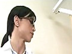 kinky jente gir en dampende oral nytelse under hardcore cfnm knulle