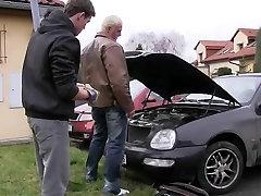 Hunk seduces a car technician