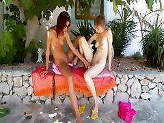 Divi krievijas lezzie meitenes dildoing