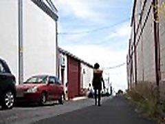 Rauchende Domina Mature Herrin Carmen Public Walk mit Lederstiefeln und Peitsche