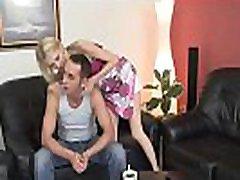 blondīne kļūst ietriecās raupja no aizmugures