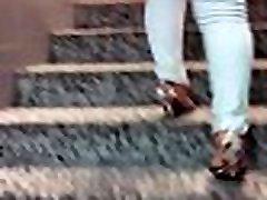 tiesus moteris aukštakulnius lipant laiptais