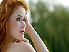 naturlig buet rødhåret skjønnhet strimler av hennes bikini