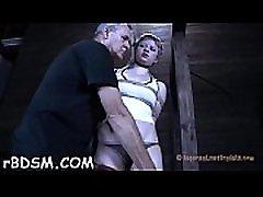 gagged playgirl saņem aptuvenu cunt spēlē no torturer