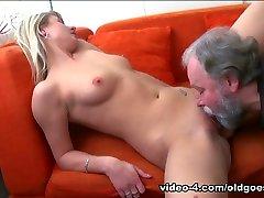 בחורה בלונדינית נהנית חם שלישייה עם אדם מבוגר מזיין אותה סקסית כוס מתוק - OldGoesYoung