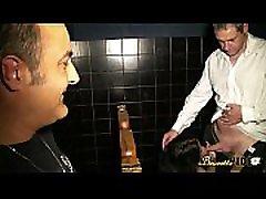 Agn&egraves bais&eacutee en trio dans un sex shop