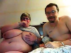 zralý s velkými bradavky a chlupatá kočička na webcam