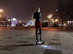 गर्म लड़की gyroscooter brittanys sexy fantasies6 उच्च ऊँची एड़ी के जूते और शॉर्ट स्कर्ट