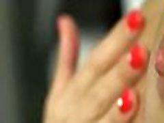 niiske täisealine teismeline mängib tuss, kasutades oma pika ilus fingres