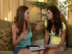 Deux jeunes lesbiennes très sexys se caressent avec amour