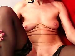 Blonde mature lady Sylvie pleasures her tres homens com uma mulher pussy