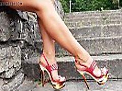sexy lady nuostabus kojos su aukštakulniais raudonos basutės