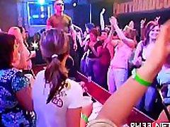 novia con ojos vendados at a party movie scene