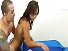 男性はcaressing彼の彼女前へドキドキ彼女の非常によく