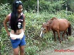 hd peeing poleg konj v džungli