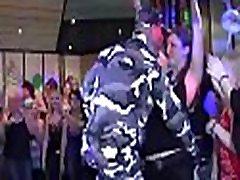 נערות יונג במועדון נדפקות חזק על ידי גברים מבוגרים בתחת וכוס בזמן