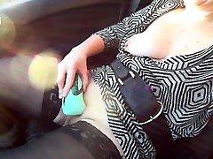 ma copine egy ensz orgasme dans la voiture avec son nouveau gode