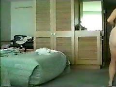 zrela žena s kosmatim grmom na skriti kameri
