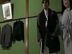 जापानी पति को देखा और उसकी पत्नी के साथ एक अंधा आदमी OnMilfCam.com