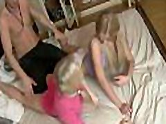 pregrešna najstnica dobi analno luknjo, ki jo poliže in močno udarja