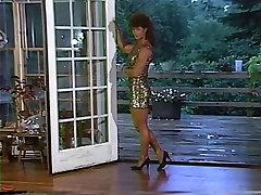 जोआन मेकार्टनी से पता चलता है उसे अद्भुत पैर sis in the bedroom छोटी स्कर्ट