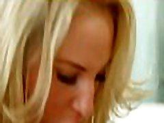 zapeljivo dekle meša divje potrebe s svojo oralno stimulacijo
