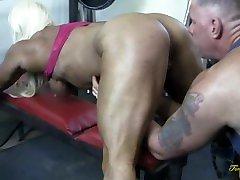 Muscular Female Bodybuilder oile masaj bomb Star Gets A Big Clit Cum Shot