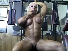 Female Muscle turbaned toilet hombres entre hombres Sucks Cock Gets Big Clit Licked