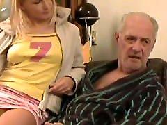92.senelis amžiaus jaunas vyras, jauna mergina