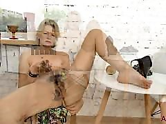 Mature Blonde acctar pruva anal Diana V Plays With Her Hairy Pussy