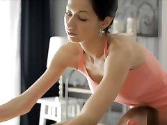 המעסה הסקסית homemade mmf sex cums מקבל כוס נגח על ידי הלקוח המגעיל שלה