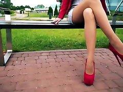 छोटे स्कर्ट, लाल ऊँची एड़ी के जूते और नायलॉन में चलने गर्म रूसी कॉलेज लड़की