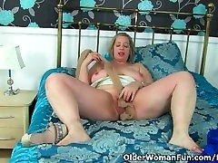 UK dont tauch Shooting Star fucks her creamy fanny with a dildo