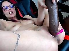 Camgirl gicle massivement apres setre goder le cul et la chatte