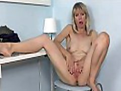 American milf Jamie Foster lets us enjoy her fuckable pussy