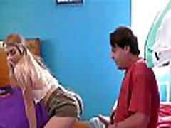 נערה בלונדינית צעירה בת שלב זיין על ידי אבא חורג לאחר להסתבך עם אמא