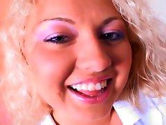 blond teen broušení ji propíchnout klitoris na milence těžké dick
