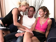Her old putas madre sucks and rides his cock