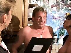 Petra Wegat yra neklaužada sekso mokytojas. Ji yra šiek tiek amžiaus