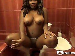 hot ebony babe kuvab tema suur ilus tissid