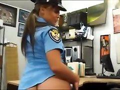 policaja z velikimi joški, ki jo zabije zastavljalnica
