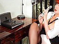 gražus redhead milf raudona sarah young secretary vaidina su savo dildo